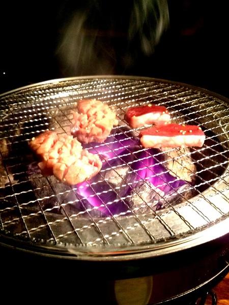 ホルモン銀牙 七輪の上で豪快に焼かれるお肉