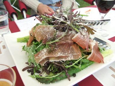 朝採りアスパラと葉野菜と千石黒大豆のサラダ スペックを添えて・・