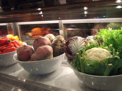 オープンキッチンに並ぶ、新鮮で色鮮やかな食材たち