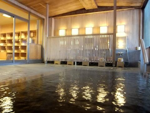 【支笏湖第一寶亭留翠山亭】大浴場の浴槽は、樹齢1000年ともいわれる直径2mもの古代檜