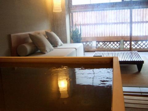 【支笏湖第一寶亭留翠山亭】リビング内に檜の浴槽を配置
