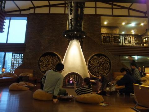 【しこつ湖鶴雅リゾートスパ水の謌】ゲストが自由に巨木の暖炉で、串にさしたマシュマロをあぶって 食べることができる