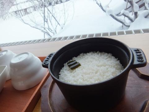 【しこつ湖鶴雅リゾートスパ水の謌】席まで運んでくれる釜炊きのご飯