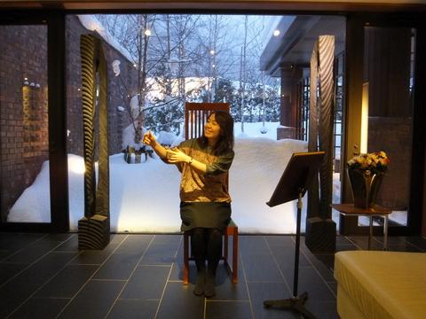【しこつ湖鶴雅リゾートスパ水の謌】ハープを演奏する真似をする村澤編集長