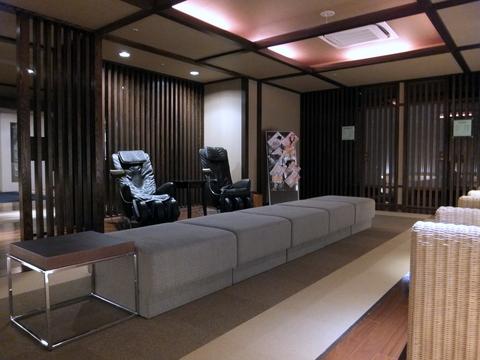 【しこつ湖鶴雅リゾートスパ水の謌】館内の至る所にマッサージチェアが置かれている