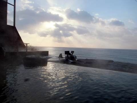 【海の別邸 ふる川】太平洋と一体化したような露天風呂