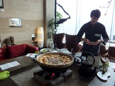 【海の別邸 ふる川】ラウンジの囲炉裏で、 温泉で蒸した野菜のサービス