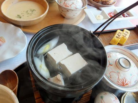 「三余庵」朝食の十勝産ほうれん草に音更産大袖振大豆使用の湯豆腐