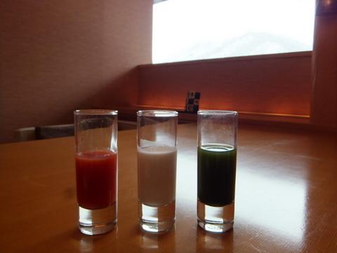 【翠山亭倶楽部定山渓】余市の倉島牧場産牛乳に士別産トマトジュース、オリジナルの野菜ジュース