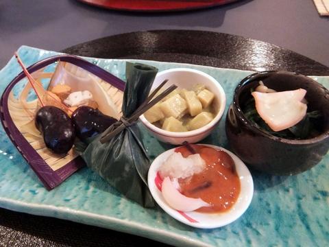 【しゅんさい割烹 幹】前菜の、筍の芽味噌和え、ほうれん草のおひたし、 塩辛、茶巾麩、ホタテの干物ゼリー寄せ、福豆