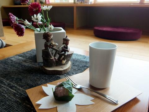 【森の旅亭びえい】ウエルカムスイーツは手作りの桜餅