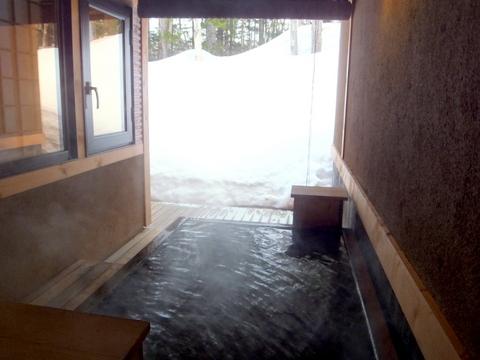 【森の旅亭びえい】青ヒバでできた露天風呂は源泉かけ流し
