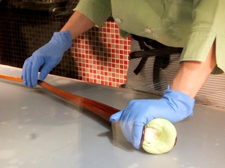 「イシヤカフェ」職人さんが飴を作る実演