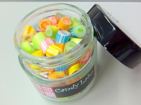 「イシヤカフェ」瓶に入ったカラフルなキャンディ