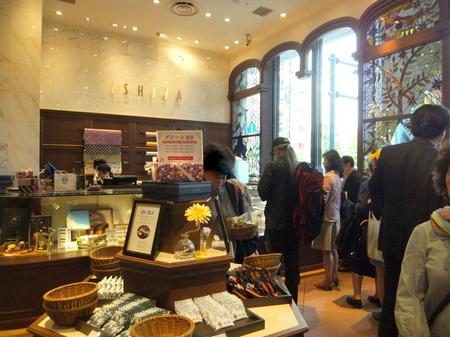「イシヤカフェ」白い恋人を始め、石屋製菓の商品がバラ売りされている