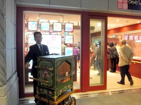 「イシヤカフェ」Candy Labo入口の手回しオルガン