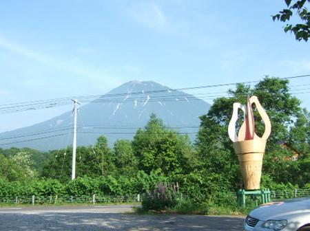 【ルヒエル】お店の目の前には羊蹄山がそびえる
