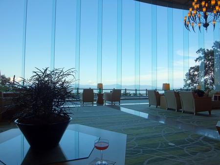 【ウィンザーホテル洞爺】パノラマ窓に広がる青空
