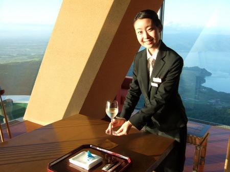 【ウィンザーホテル洞爺】地元のワイナリー「月浦ワイン」の白をいただく
