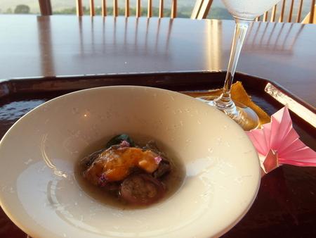 【ウィンザーホテル洞爺】先附は「順菜と蝦夷あわび吸い酢ジュレ掛け」