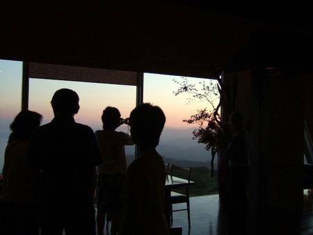 【ウィンザーホテル洞爺】この瞬間に合わせ、お客様が続々と、「夕日の特等席」に集まる