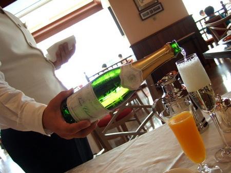 【ウィンザーホテル洞爺】朝からスパークリングワインのサービス