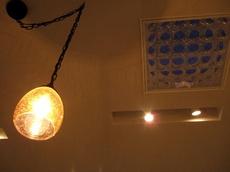 レストランの明かりと天窓