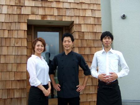 オーナーの佐藤さん夫妻にスタッフの斉藤さん