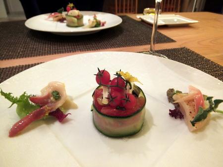 前菜は、トマトと茄子のテリーヌ、ホタテとホッキのマリネ、 ミョウガのピクルス