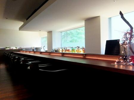 1階のバーは15:30~17:30限定で 生ビール、フレッシュジュースをサービス