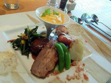 白老ウエムラ牧場のハンバーグに 北広島の放牧豚ベーコン、伊達ホエー豚のソーセージ