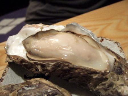 特大サイズの「厚岸産」の牡蠣