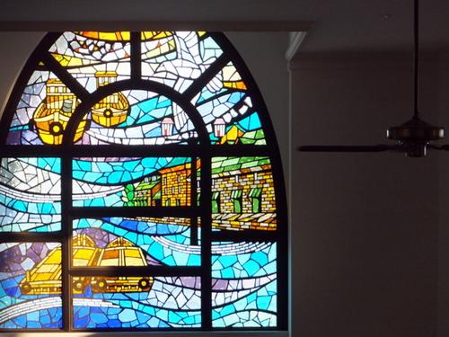 ガラスの街に似合う大きなステンドガラス