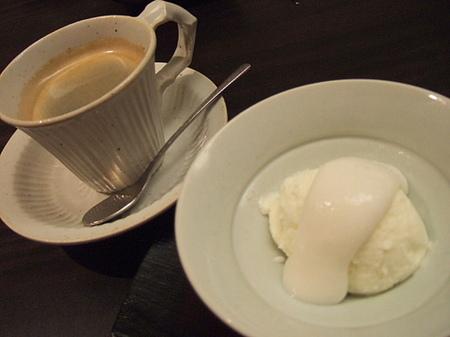 酒粕風味の淡雪を添えた馬鈴薯アイスクリーム
