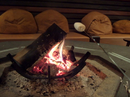 マシュマロを暖炉の火にあぶっていただく