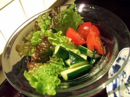新鮮な生野菜のサラダ