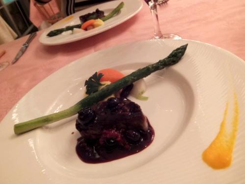 肉料理は「十勝牛ロースステーキ」ベリーソースに 遠軽産のグリーンアスパラ添え