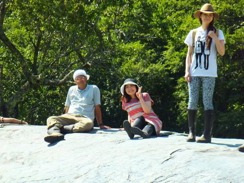 巨石の上で記念撮影