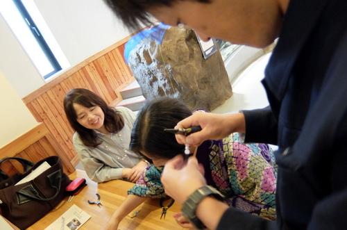 「きたいっしょモニターツアー」チョウザメのうろこを使用したストラップ作り体験