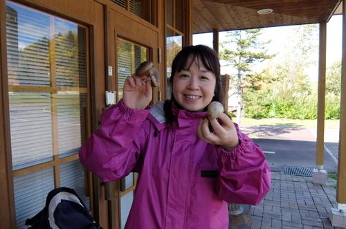 「きたいっしょモニターツアー」収穫したきのこを手に満足げな村澤編集長