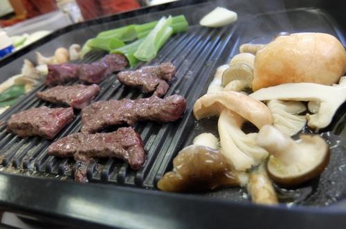 「きたいっしょモニターツアー」とれたてキノコは、 新鮮なエゾ鹿肉の横でバター焼きに