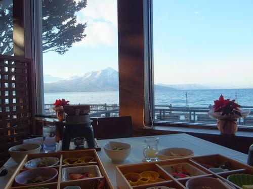 「レイクサイドヴィラ翠明閣」レストラン会場から望む支笏湖