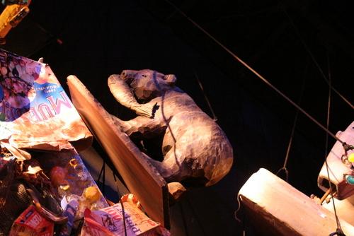 劇団四季【キャッツ】ごみの一部には北海道ならではの木彫りの熊