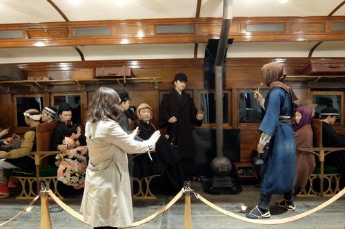 「北海道博物館~森のちゃれんが」展示に混ざってストーブの火にあたる村澤編集長