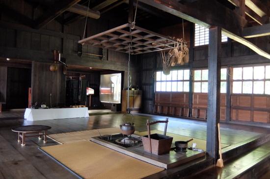 「旧笹浪家」内観 中央には囲炉裏
