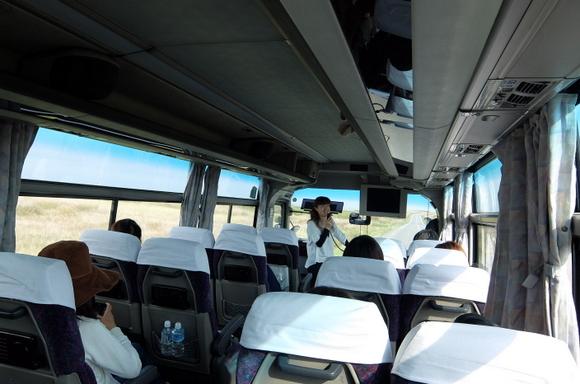 移動のバス内では稚内観光協会・佐藤さんのガイドを楽しんだ