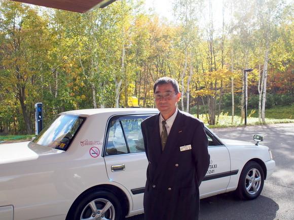 富良野駅前でタクシー運転手の永田章さんが迎えてくれる