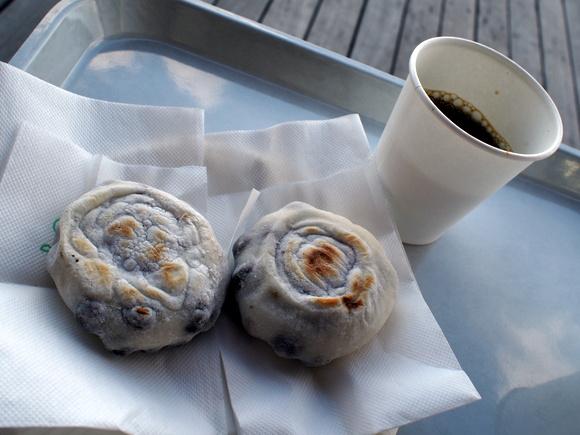 きつね色の焦げ目が食欲をそそる、赤えんどう入り「ふらの餅」無料サービスのコーヒーが嬉しい