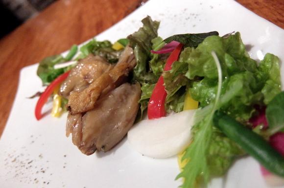 メインの骨付き鶏モモ肉のコンフィ