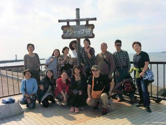 「宗谷エゾシカ・モニターツアー」参加者たちとノシャップ岬で記念撮影